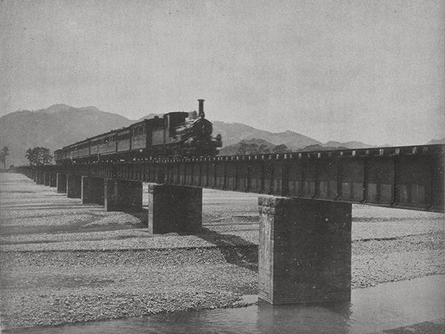 安倍川鉄橋上リ列車進行中之図